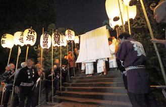 ご神体の仮殿に遷座するために行う参進行列