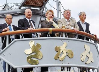記念艦三笠を見学するマーフィーさん(右から2番目)