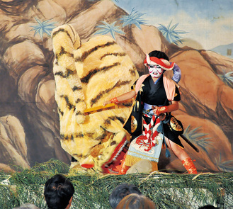 暴れる虎をいさめる見せ場のシーン。主人公の和藤内を地元小学生が演じた