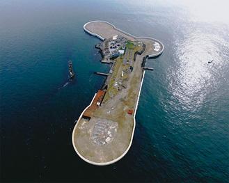 島はブーメラン型の形状。面積は約4万1千平方メートル