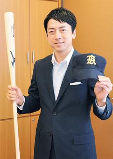 野球部時代のキャップを手に=衆議院議員会館