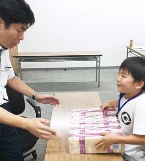 1億円の札束の重量は約10kg。子どもたちも興奮気味