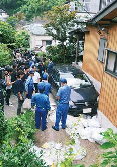 報道陣が押し寄せる中で行われた撤去作業