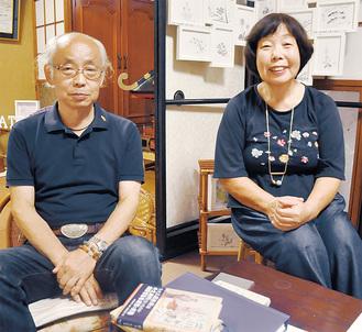 建碑のための寄付を呼び掛けている宮井新一さん(左)と藤本美智子さん