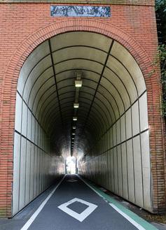 追浜にある筒井隧道は天井高が約6m。昭和8年に隧道前後の急坂に対応するため路面を切り下げたと言われており、出入口付近の民家の入口はかつての路面と同じ高さだった。住民によると隧道横から地下に軍関係の施設があったという