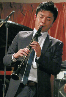 クラリネット奏者の宮脇さん。コンテストが開かれた横浜市中区野毛のジャズスポット「ドルフィー」で