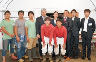 三浦初声高校の生徒(中央)とプロジェクトメンバー