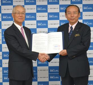 協定書を交わした鹿島理事長と(左)石渡理事長