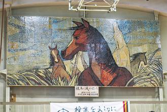 絵は体育館の後方、天井に近い位置に飾られている