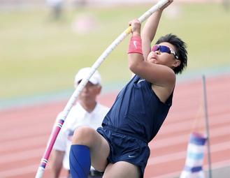 昨年5月、3m05cmを跳び自己ベストを更新した「日本聴覚障害者陸上競技選手権」でのシーン