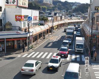 夏島方面(写真左側)に右折する車両で渋滞が慢性化