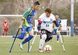 試合では白熱した競り合いを見せる松崎さん(右)