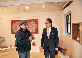 教室兼工房を市長に案内する薬王寺さん(左)