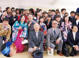 真珠のネクタイピンをアピールする児童と倉茂さん(写真中央)