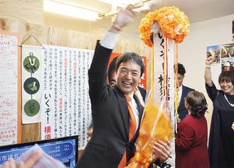 トップ当選の報に気勢をあげる田中氏