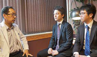 向笠医師(左)と対談する小川医師(中央)と結束医師