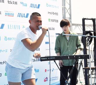STAR FISH(右)がボーカルとして迎えたTomとの初ライブ