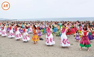 砂浜に降り立ち、ハワイアンミュージックに合わせて身体を揺らす