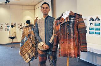 経緯裂き布ピーコート(右)と「大地を纏う」ジャケット。秋園さんが着用しているのがハーフバイアス裂織のジャケット