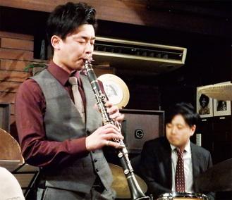 今月13日に「ちぐさ」で行われたレコ発ライブで演奏する宮脇さん