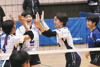 横浜隼人戦で得点し喜び合う選手ら