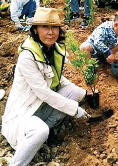 議会外の活動として湘南国際村で行われた「めぐりの森植樹祭」に参加