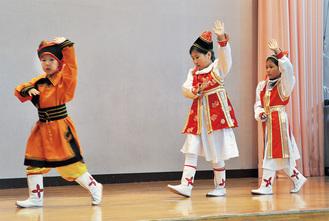 民族舞踊を披露したモンゴルの児童