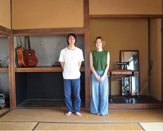 デザインの仕事もこなすタカラさん(左)と写真家のコムラさん
