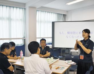 生徒が問題提起し、参加者が自由に意見発信。進行役も生徒が務めた