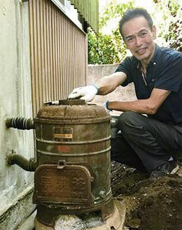 なつかしい薪の給湯器に出合えました。最新の給湯器に交換します。こんな出合いも楽しみの一つ