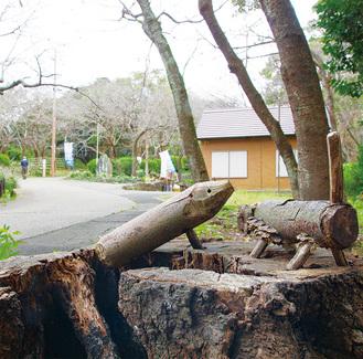 木のオブジェを楽しめる衣笠山公園