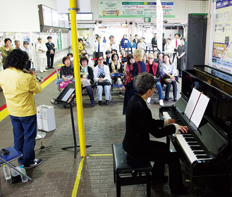 横須賀駅がライブ会場さながらに