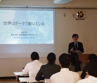 柴崎教授の話に耳を傾ける三浦学苑の生徒ら