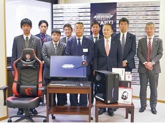 無償貸出される機材を前に三浦学苑の生徒と協力企業の関係者