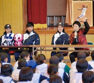 中学生向けに講演する西山さん(右)と日立の選手ら