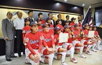 市役所を訪れた「横須賀女子」の選手ら