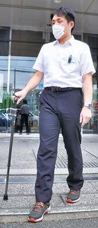 センサー付きの靴、杖、クリップを身につけて実証実験する市職員
