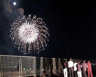 花火を眺める医療従事者ら。長坂の市民病院屋上で