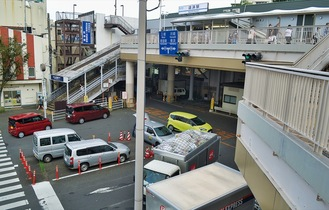 夕方の駅前広場。バスや一般車、荷捌き車で混雑
