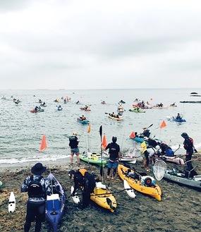 安全啓発が行われた後、参加者は大物を目指して色とりどりのカヤックに乗り込み、観音崎公園から東京湾へ一斉に漕ぎ出した