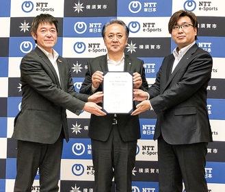 NTT関連2社と三者協定を結んだ上地市長(中央)