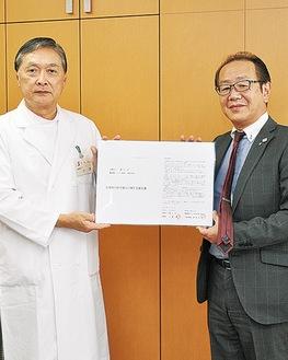 眞仁会の小澤理事長(左)と横須賀エフエム放送の富岡代表取締役