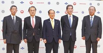 4市の首長と事業者。左から2番目が上地市長
