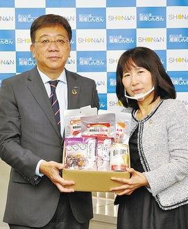 湘南信金の鷲尾理事長(左)とセカンドリーグの島村理事長