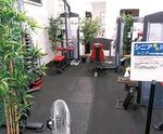 広々としたトレーニングルームは年代でエリア分け(上2枚)、ランニングマシンは完全個室で感染対策(下・いずれも衣笠店)