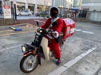 サンタに扮する郵便局スタッフ