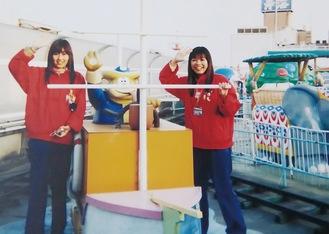 ▶大学生になってバイト勤務した憧れの屋上遊園地(右が本人)