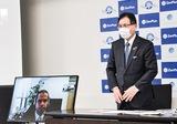 業務提携を発表した平松廣司会頭(右)とオンライン参加のゼンマーケット、コーピル・オエクサンドル代表