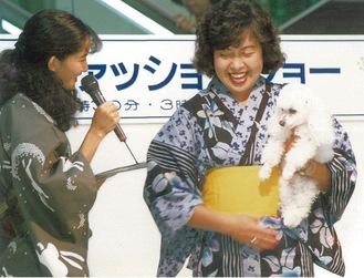 ▶愛犬のプードルを抱いて出演