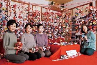 手縫いで制作したつるし雛に囲まれる眞汐さん(右)とメンバー